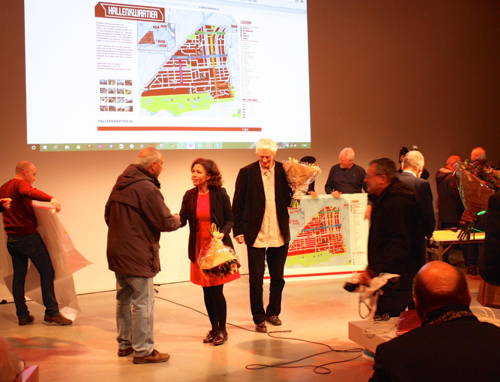 Stadsdeelbestuurder Fenna Ulichki (midden) neemt felicitaties in ontvangst na de feestelijke opening van De Hallen.