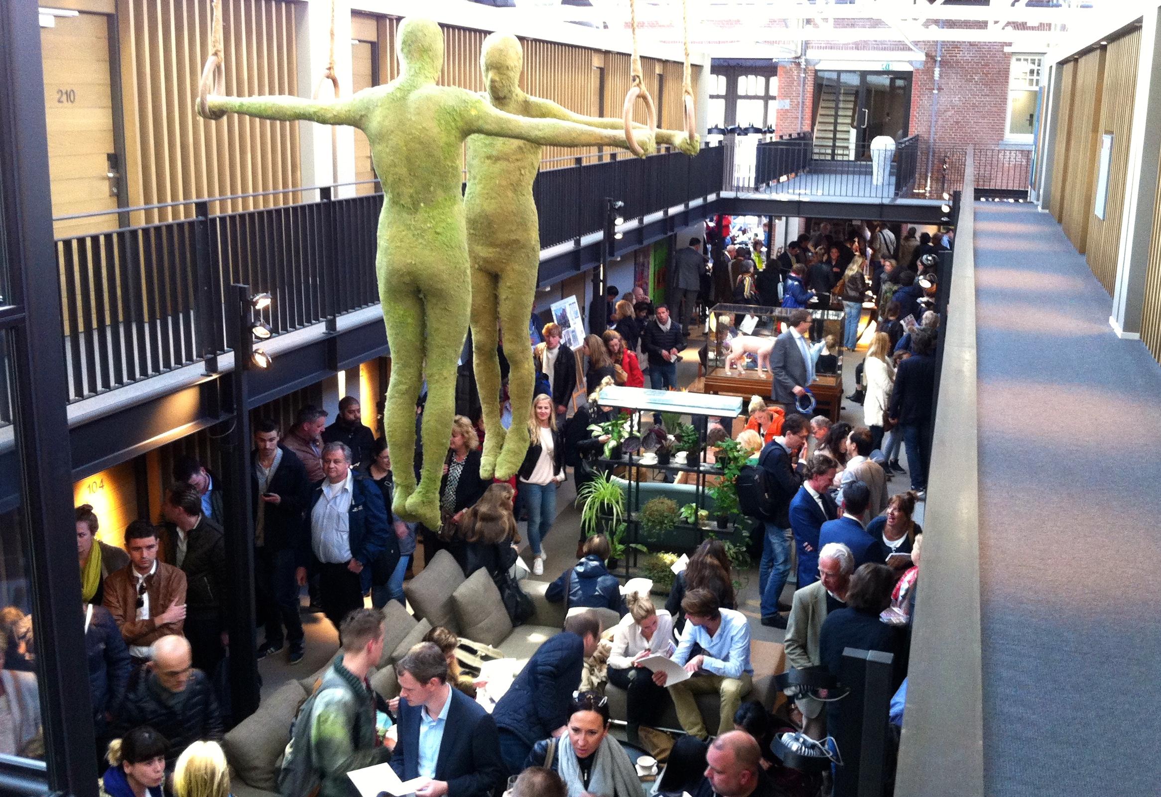 Drukte bij de start van de verkoop in Hotel De Hallen.