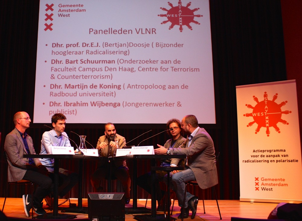 Een panel met deskundigen boog zich over problemen rond radicalisering in West. (Foto Richard Mooyman)