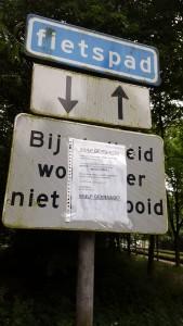 De oproep van Eva bij ingang Rembrandtpark (foto: Martine de Vente)