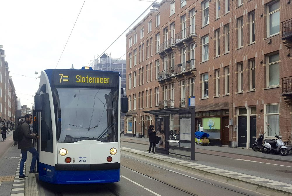 tram verdwijnt uit witte de withstraat in amsterdam-west
