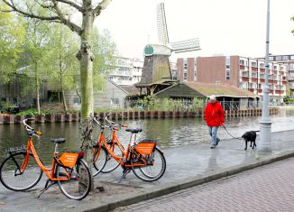 Huurfietsen Donkey Republic bij molen De Otter in Amsterdam-West