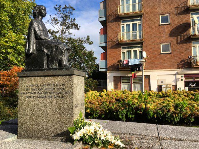 Oorlogsmonument De Zittende Vrouw in Bos en Lommer, Amsterdam-West